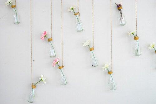Decorare una festa con i fiori appesi alle pareti.