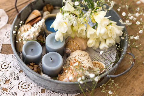centrotavola con candele conchiglie fiori