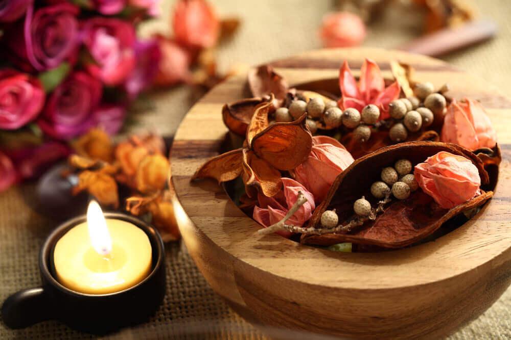 Fiori secchi in un recipiente di legno
