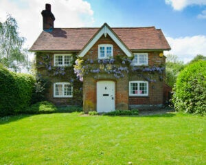 Casa in stile cottage inglese con prato verde