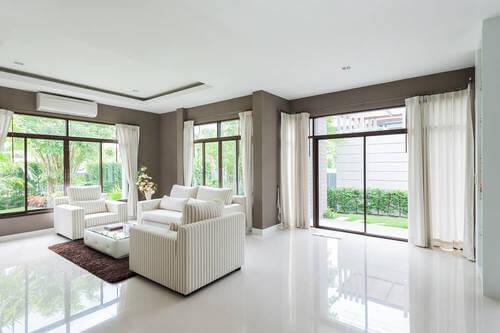 casa luminosa con pavimento bianco