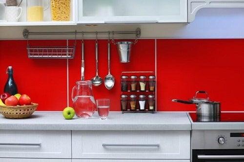 Il colore rosso in cucina: una nota di carattere ed eleganza