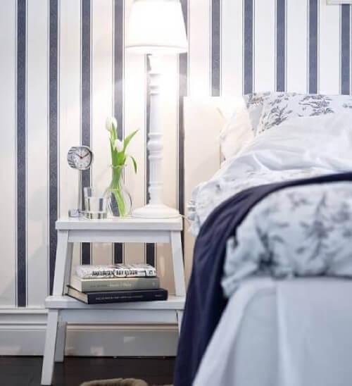 Sgabello IKEA accanto al letto