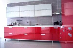 Cucina moderna di colore rosso