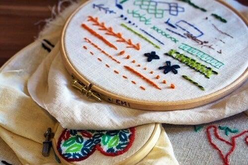 Le decorazioni con i ricami: esprimere la creatività con ago e filo