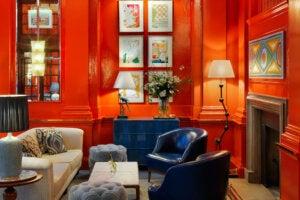 Salotto rosso arredato in stile bloomsbury.