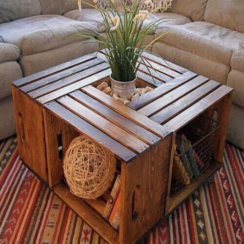 Tavolino da salotto realizzato con cassette di legno.