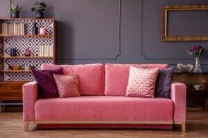 Salone arredato con divano in velluto rosa