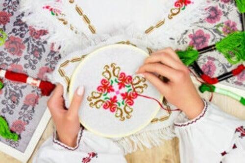 donna ricama con camicia bianca