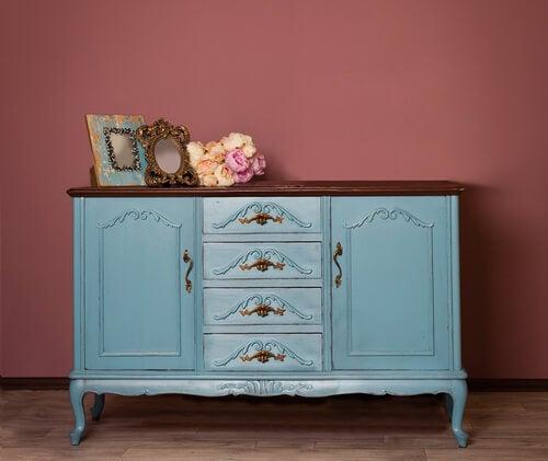 Mobile vintage azzurro su parete rosa