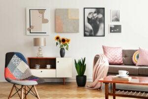 Salotto luminoso con sedia in stile patchwork.