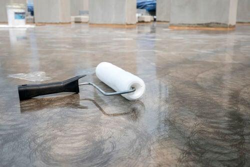Pavimento lucido con rullo per dipingere