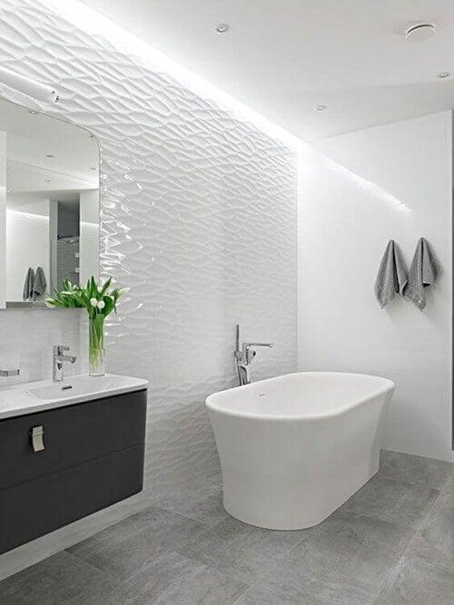 Rimodernare il bagno: bagno con vasca da bagno bianca