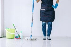 Donna fa le pulizie di casa: mantenere la casa in ordine