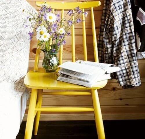 Sedia gialla comodino