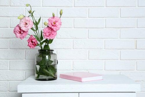 fiori rosa su un mobiletto bianco