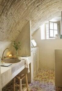 Bagno con lavandino in pietra per casa di campagna