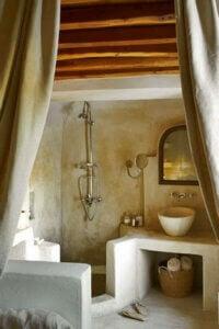 Accessori decorativi per il bagno di una casa di campagna