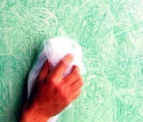 Pittura pareti: uomo utilizza la tecnica della cenciatura.