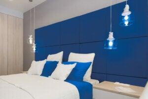 Camera da letto con cuscini e testata blu