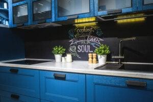 Cucina in legno blu con scritta sulla parete
