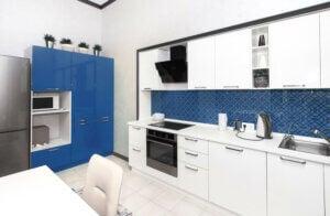 Cucina decorata in tonalità classic blue