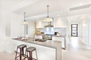 Cucina rinnovata in chiave moderna con colori chiari