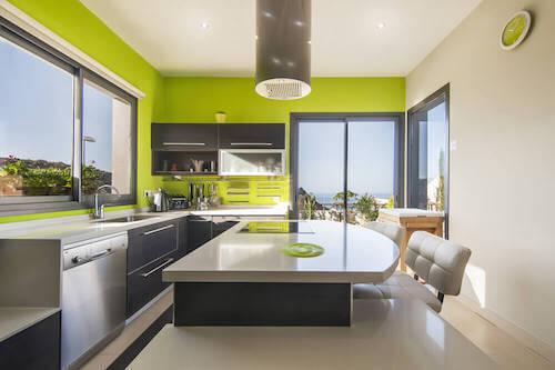 Cucina moderna in grigio e verde acido