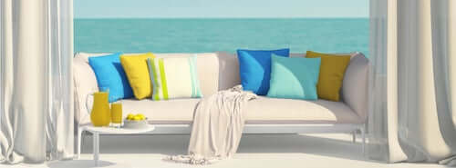 Divano bianco cuscini colori freschi