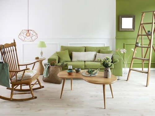 Divano lampada parete verde