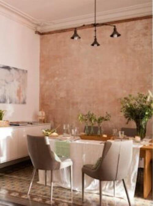 Sala da pranzo con falsi stucchi.