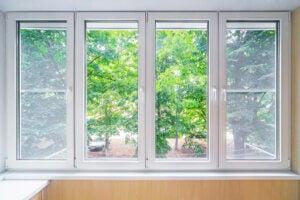 Ampia finestra per illuminare stanza piccola