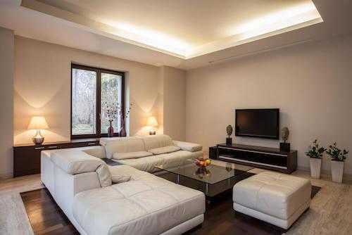 Salotto ben illuminato e arredato in stile moderno.