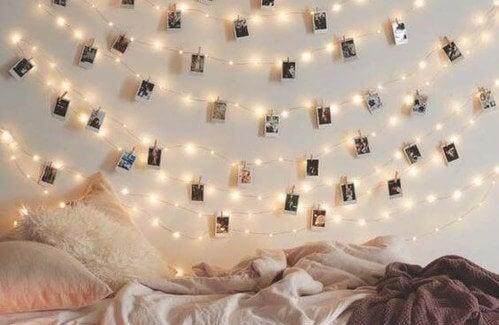 Illuminazione cameretta: ghirlanda di luci con foto appese alle pareti