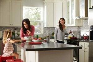 Due ragazze e una bambina cucinano insieme
