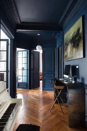 Pareti blu scuro nell'ingresso di casa.