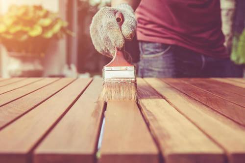 usura dei mobili verniciare tavolo in legno
