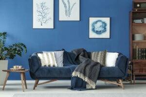 Salotto con quadri e divano in classic blue
