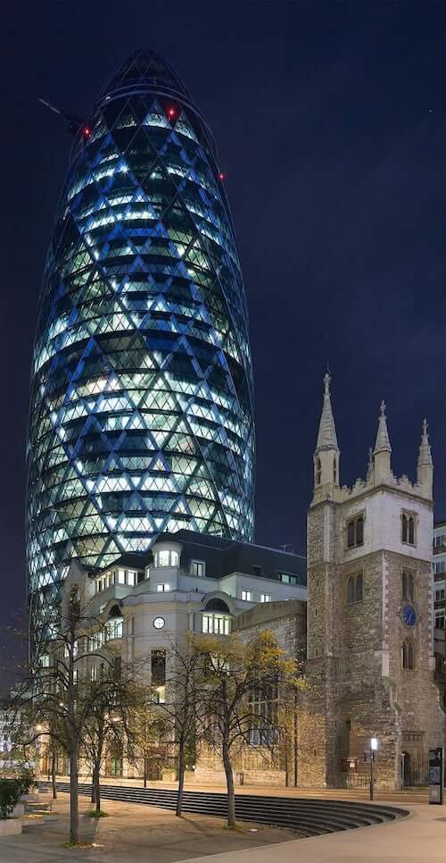 Norman foster swiss tower illuminata londra
