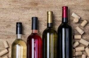 Bottiglie di vino diverso con tappi di sughero sparsi