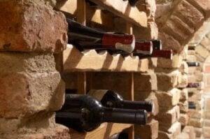 Portabottiglie incorporato alla parete di una cantina
