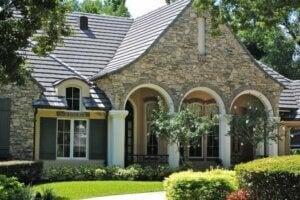 Casa in pietra con portici e giardinetto