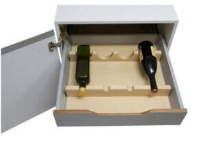 Cassetto portabottiglie aperto con due bottiglie di vino