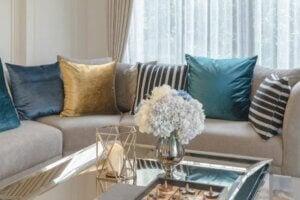 Salotto arredato con tavolino, divano e cuscini colorati