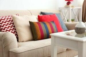 Cuscini e divano con colori in contrasto fra loro