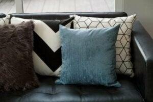 Creare contrasto tra cuscini e divano nero