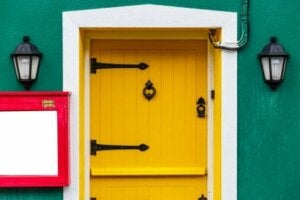 Porta di ingresso di casa color giallo