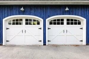 Facciata con due garage su un muro blu