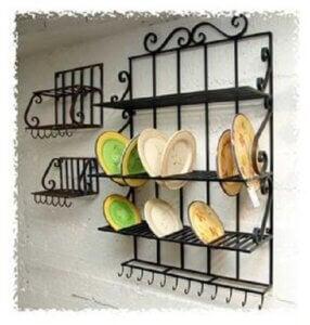 Porta oggetti in ferro battuto con piatti colorati