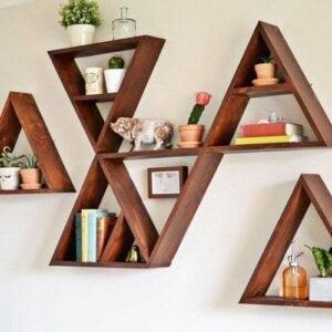 Scaffali appesi con forme geometriche triangolari